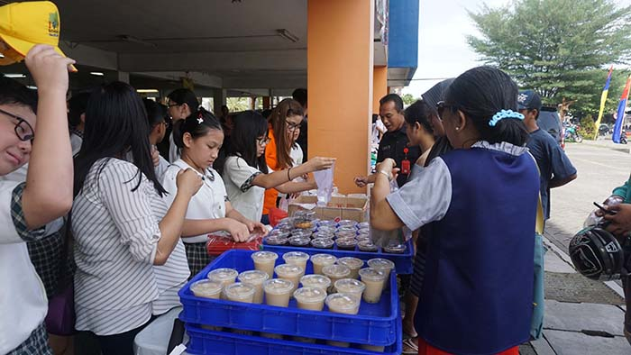 "IVY Elementary students joined hands to present ""Warung Kasih"" event."